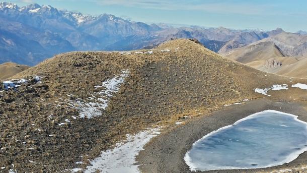 Depuis les crêtes, Lac de l'Etoile déjà gelé.
